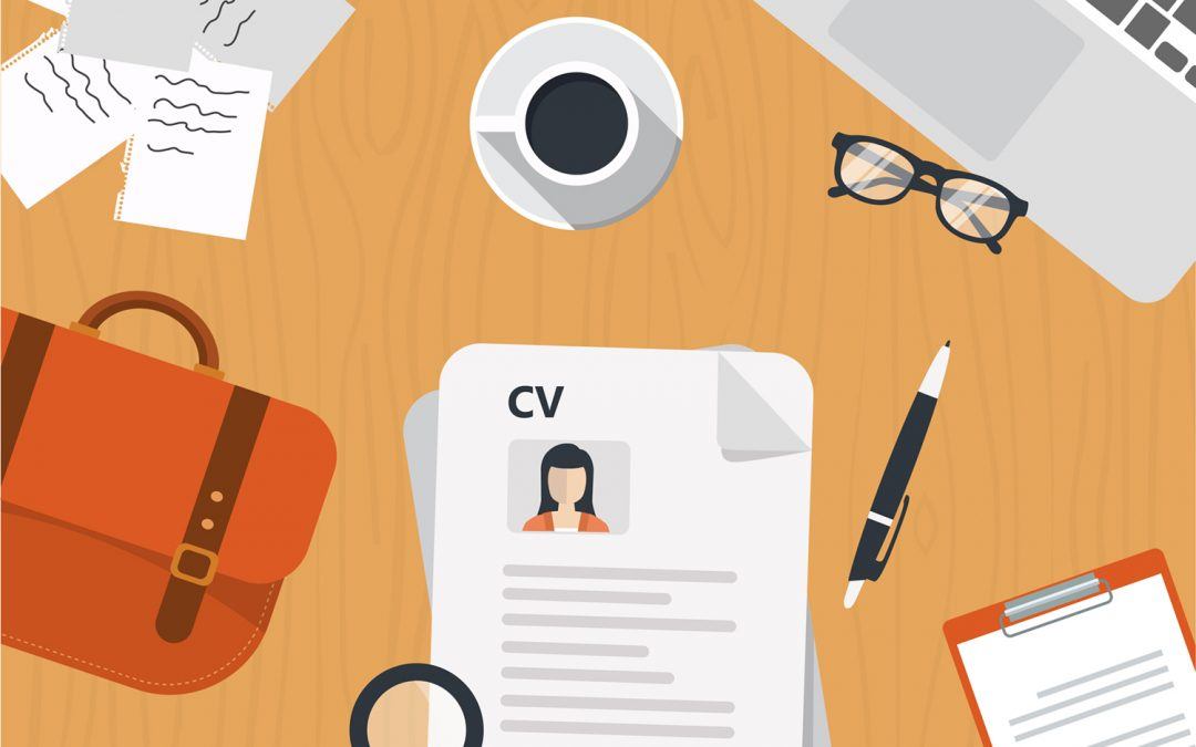 Headhunter revisando un CV